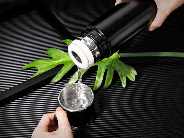 Термосът с чаша Hygea Water има 360 градусова система за наливане с чаша от неръждаема стомана